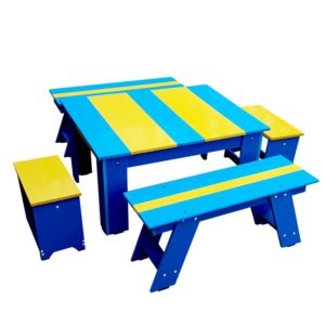 Set bicolor de masuta cu scaunele si bancute oferit de Produse-composite.ro